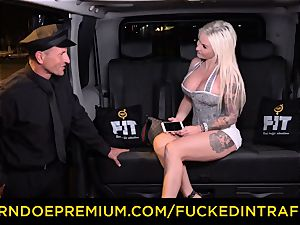 fucked IN TRAFFIC - passionate blondes car triangle penetrating