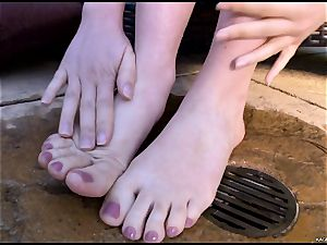super hot super hot Kagney Karter plays with her super-steamy toes