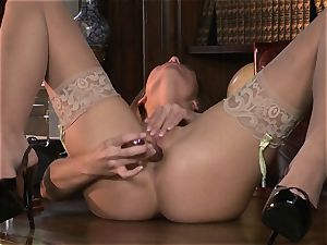chatty Adrienne Manning torments her running in rivulets raw vagina