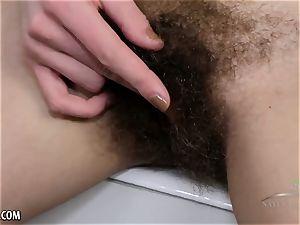 Lillian finger bangs her moist unshaved twat in the tub
